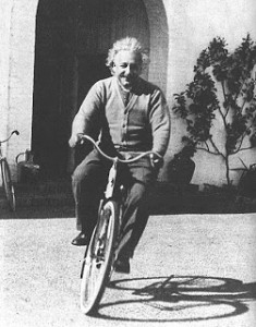 Albert Einstein montado en su bicicleta. Santa Barbara, 1933