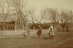JGKlein-Women_on_bicycles,_late_19th_Century_USA
